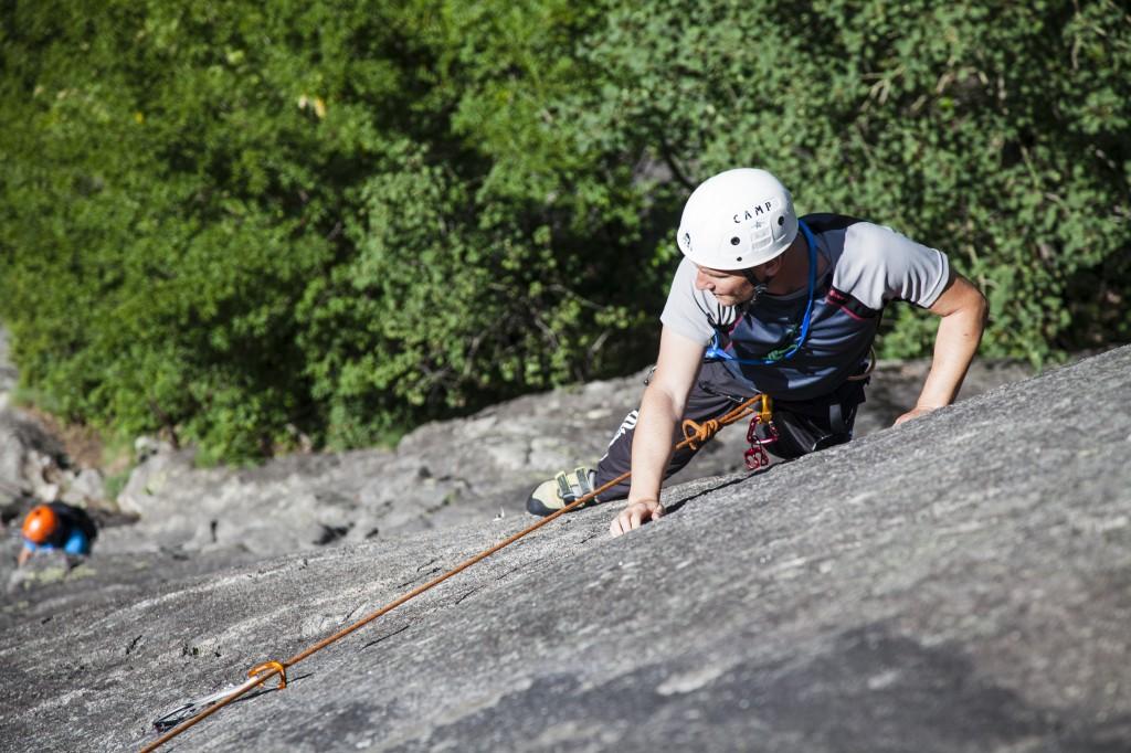 Un istruttore del Corso Ragni in arrampicata