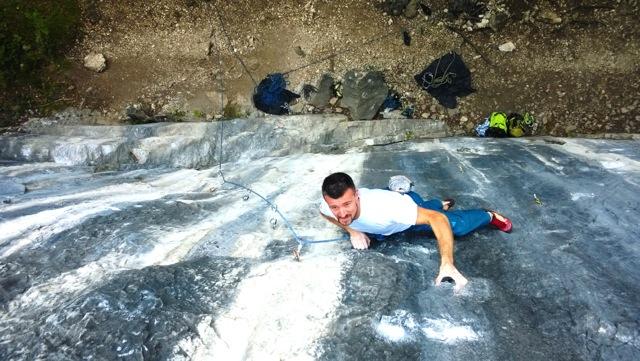 """Davide Mazzucchelli in arrampicata su """"la rana"""" 8a"""