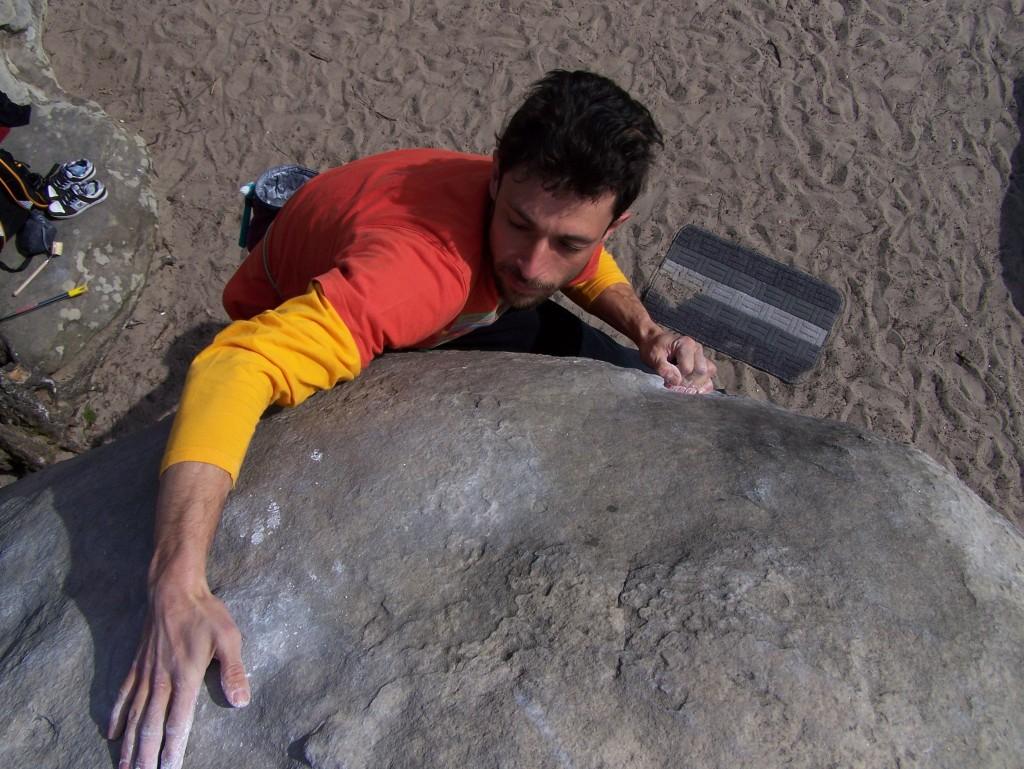 Alessandro passoni in arrampicata a fontainebleau