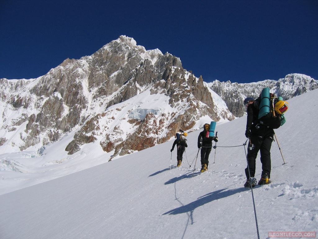 Giovanni Ongaro, Matteo Bernasconi e Hervè Barmasse verso la prima salita del San Lorenzo, Patagonia ( foto L. Lanfranchi)