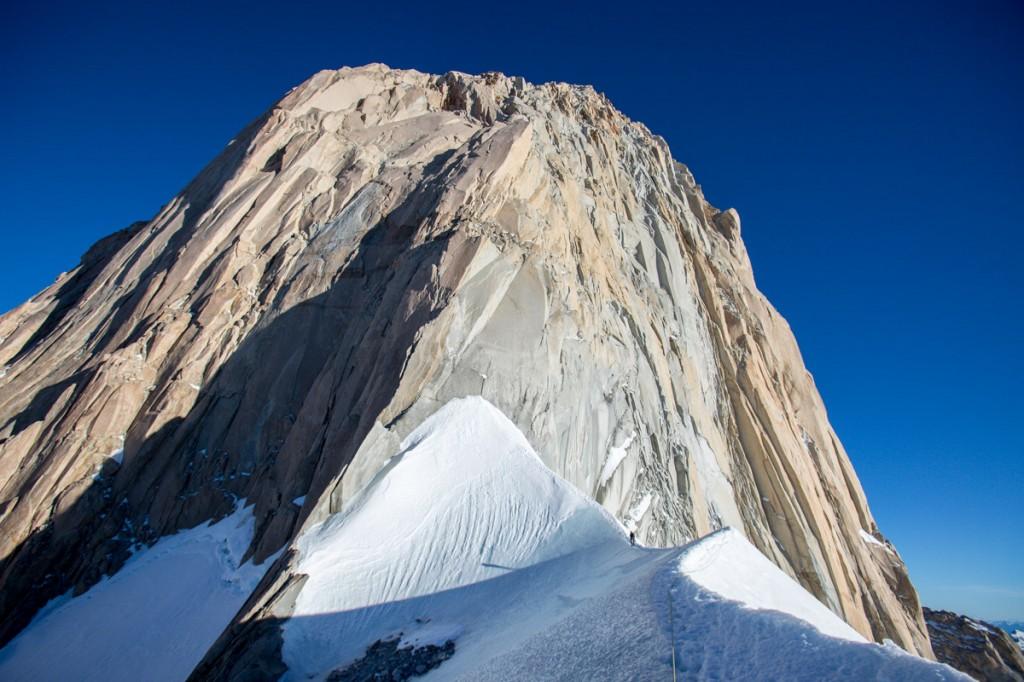 La cresta di neve all'attacco della via Franco-Argentina