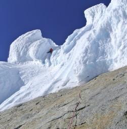 L.-Schiera-sale-la-prima-lunghezza-di-ghiaccio-sul-fungo-della-Egger1