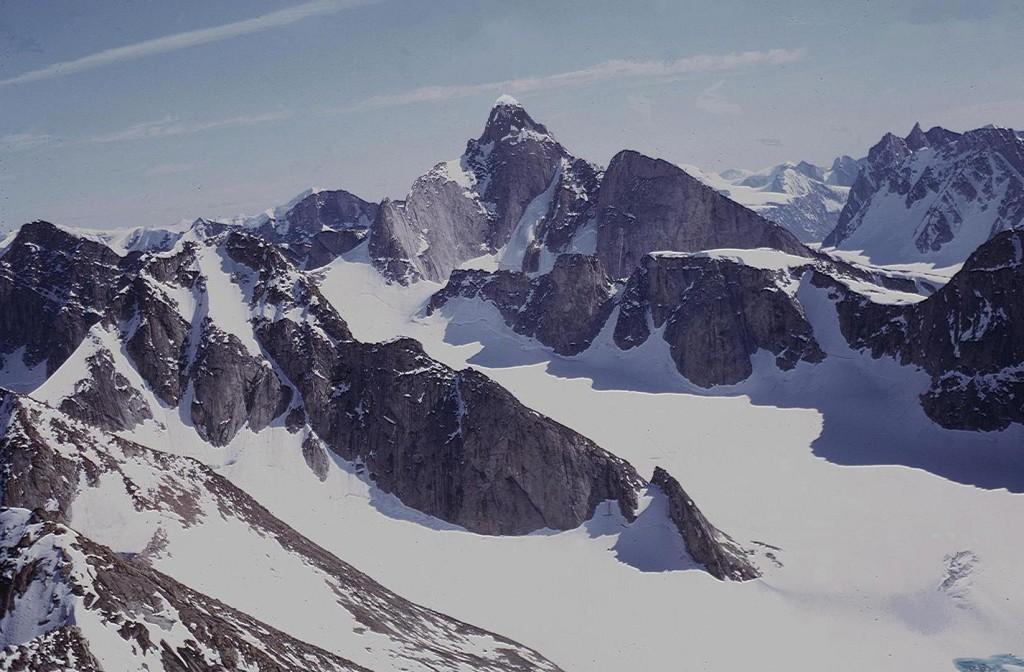 Una bella immagine delle montagne della Terra di Baffin, scattata durante la spedizione dei Ragni a cui prese parte anche Alberto della Rosa