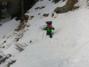Durante la discesa tra la neve abbondante.