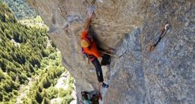 Simone libera la via Pana alla Mongolfiera, in Val di Mello (Ph G. Ongaro e C. Ceretti)