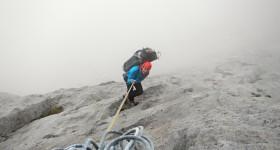 discesa nella nebbia col mega sacco sulle spalle