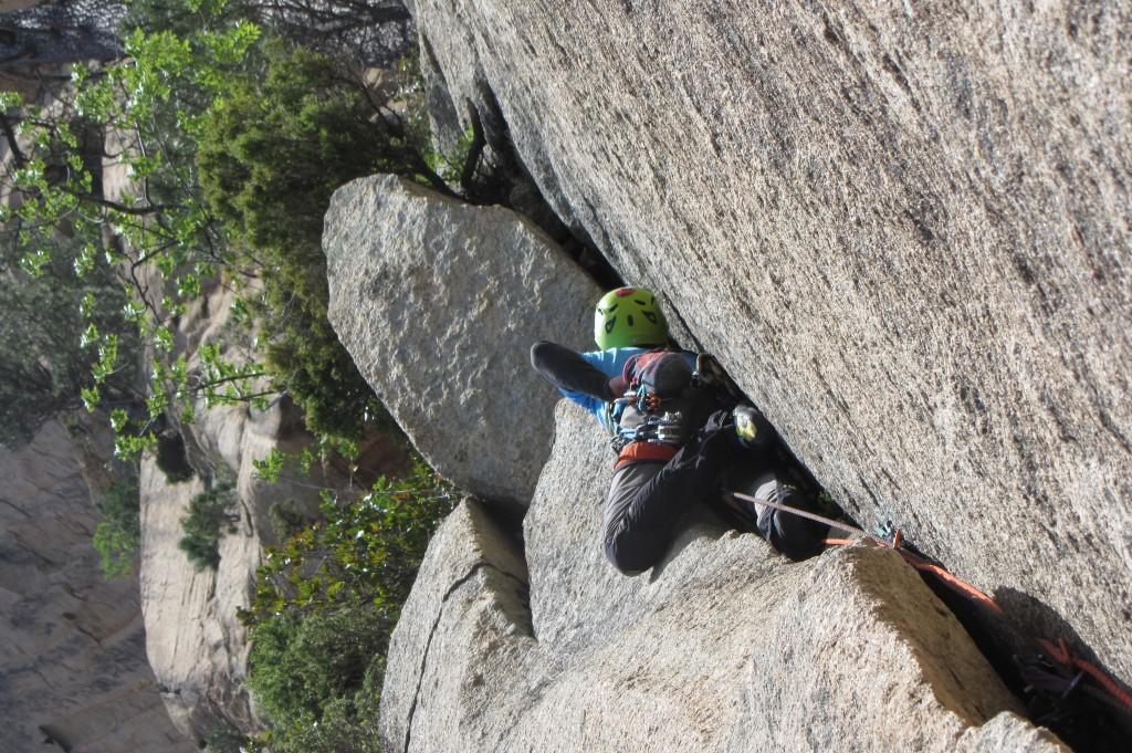 Primi assaggi delle fessure fuori misura bavelliane su Aguirre - Ph Serafino Ripamonti, climber Marcello Sanguineti