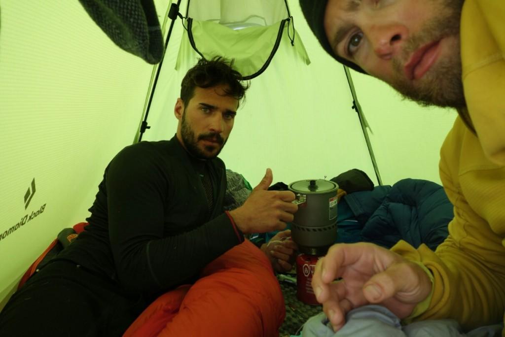 La piccola tenda offre un po' di riparo e la possibilità di recuperare le energie