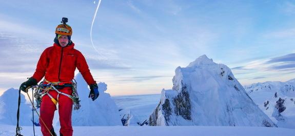 La tirolese di 80 metri per superare il fiume glaciale