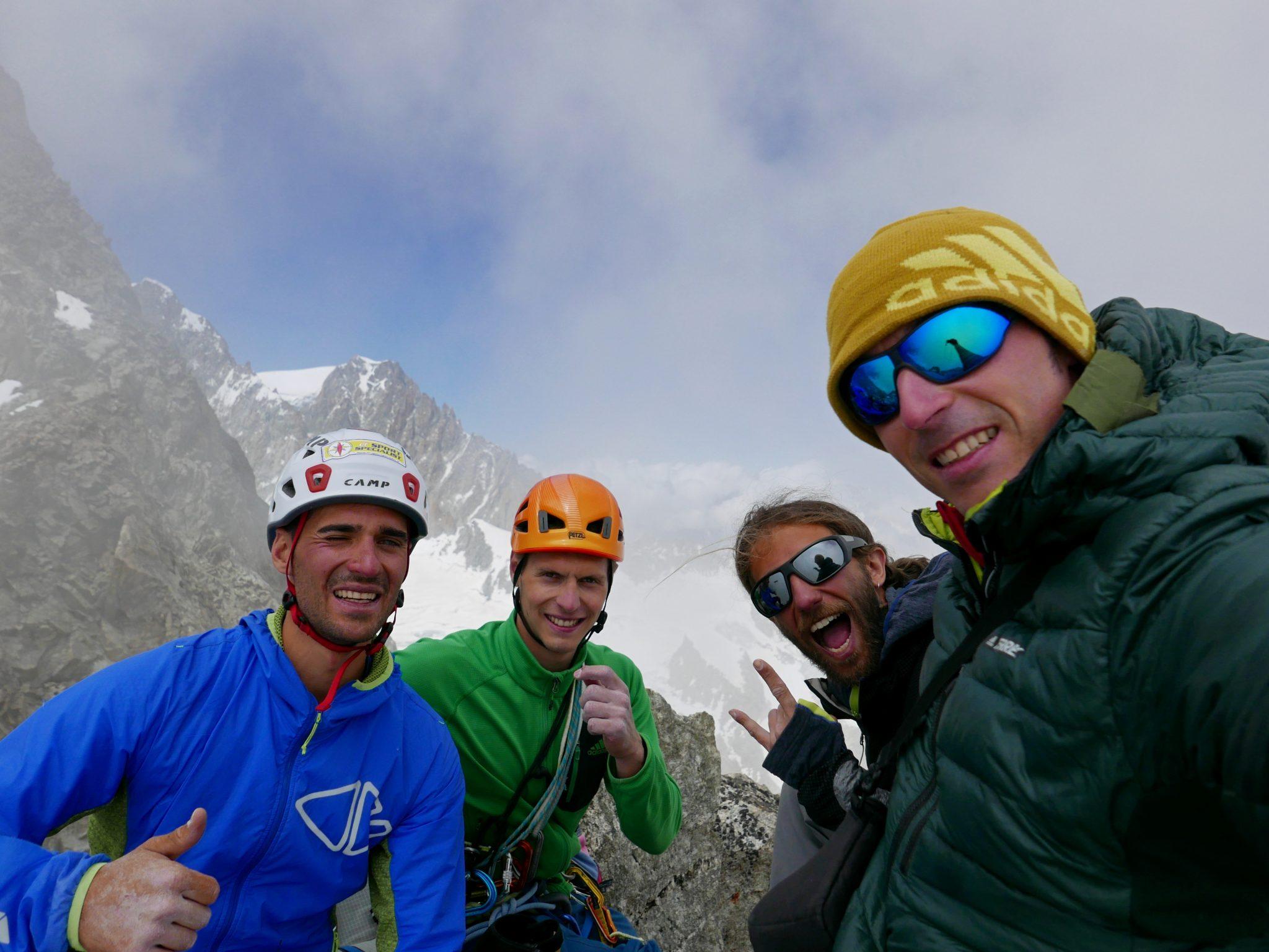 Luca Moroni, Davide Visconti, Giacomo Regallo e Matteo Della Bordella in cima al Pic Gugliermina (Ph. Matteo Della Bordella – Archivio Ragni della Grignetta)