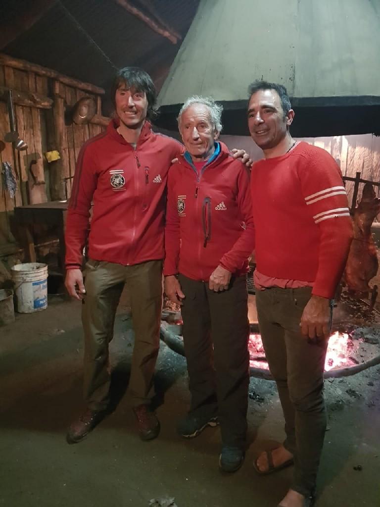 Matteo e Nicola in compagnia di Mario Conti, grande protagonista della salita al Torre del 1974. Nicola indossa il maglione originale, utilizzato da suo padre nel corso della spedizione.